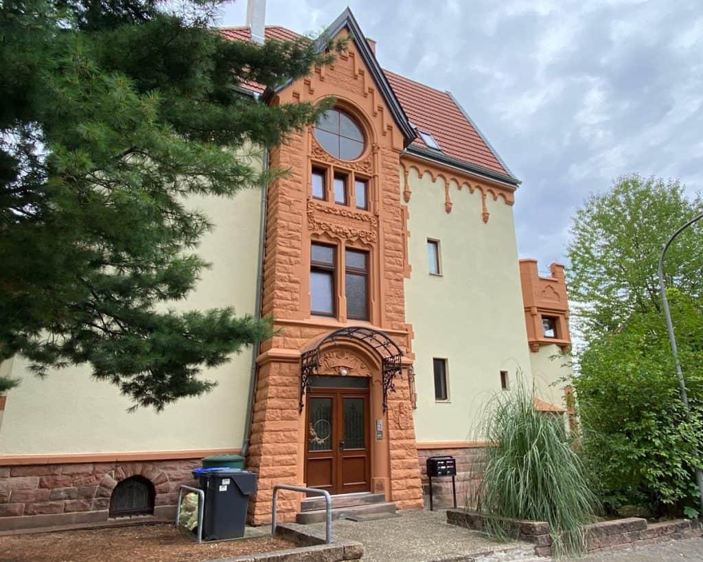Hauseingang von Zentrum Stimme Gesang – alte Stadtvilla mit Garten